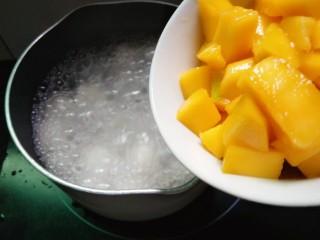 水果汤圆,待汤面全浮起时倒入芒果