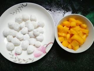 水果汤圆,芒果洗净去皮留肉切块
