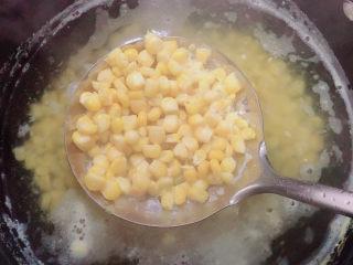 什锦藕丁,锅中烧开水,煮一下玉米粒,大约五分钟。