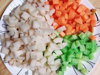 什锦藕丁,蔬菜切丁儿待用。