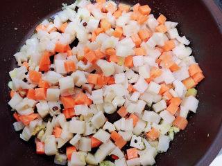 什锦藕丁,放入蔬菜丁翻炒均匀。