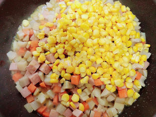 什锦藕丁,再加入玉米粒翻炒均匀。