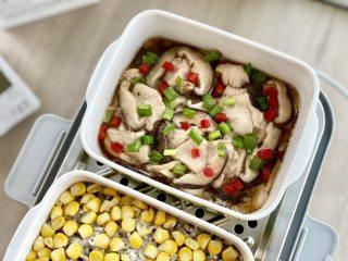 鸡胸肉版香菇滑鸡,鲜香嫩滑,蒸的更健康,腌制好的香菇滑鸡放入蒸锅,放入蒸锅蒸制20分钟,蒸好后撒入葱花、红椒丁点缀即可。