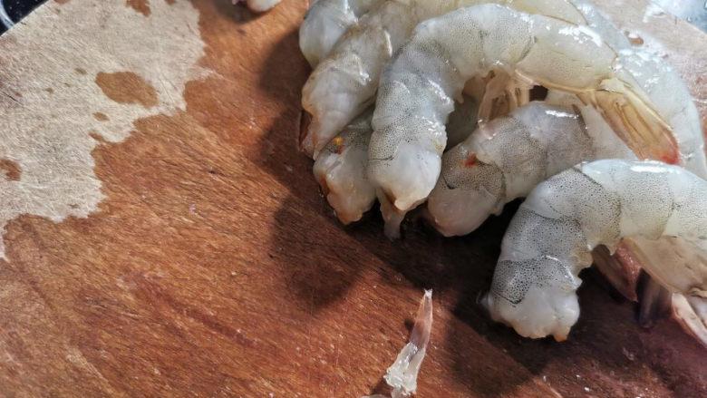 西红柿疙瘩汤,剥出虾仁