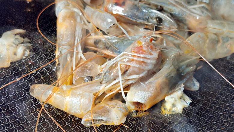 西红柿疙瘩汤,继续下虾头煸香