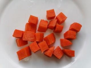 什锦藕丁,将胡萝卜切成块状