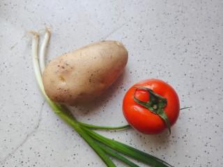 西红柿炒土豆片,首先我们准备好所有食材