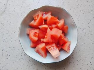 西红柿炒土豆片,西红柿去皮洗净之后切成小块儿,如果你嫌麻烦,也可以不去皮,但是口感就会差一点