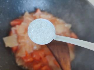 西红柿炒土豆片,加两小勺细砂糖