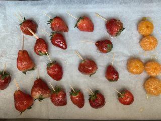 草莓糖葫芦,凉凉(下面是油纸)