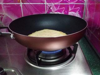 胡萝卜鸡蛋饼,开中小火,煎制四周翘边