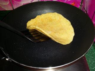 胡萝卜鸡蛋饼,然后用锅铲掀起