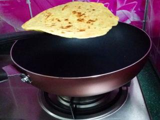 胡萝卜鸡蛋饼,出锅装盘、继续煎另一半面糊