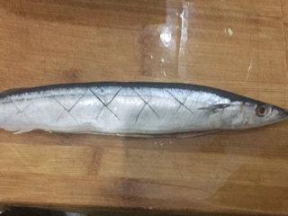 好吃的芝加哥烤秋刀,秋刀鱼一条解冻,破肚宰杀好,鱼身上用刀划出十字花