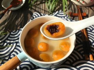 南瓜汤圆,咬上一口,软糯香甜又Q弹,真的非常地好吃
