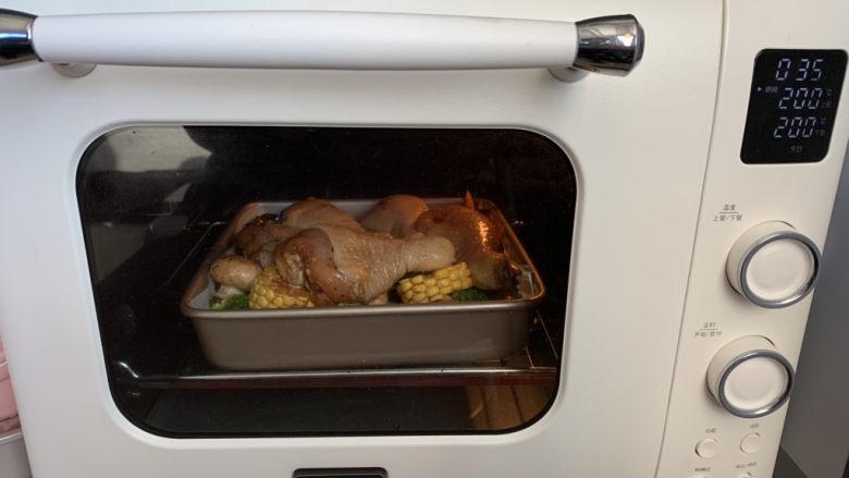 低脂时蔬烤鸡腿,送入预热好的烤箱200度烤40分钟,最后10分钟取出刷一层腌制的酱汁,送回烤箱继续烤