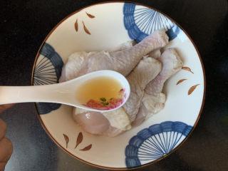 低脂时蔬烤鸡腿,鸡腿洗净冷水浸泡半小时去除血水,加入一勺料酒