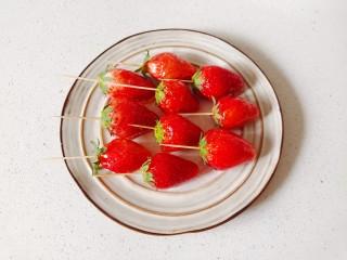 草莓糖葫芦,做完所有的草莓,放入盘中