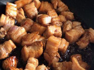 红烧肉,翻炒均匀,让每块肉都沾满糖浆