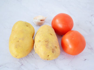 西红柿炒土豆片,准备好材料