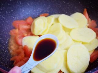 西红柿炒土豆片,加入生抽