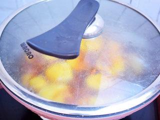 西红柿炒土豆片,大火烧开后盖上锅盖,转小火炖煮10分钟左右,然后再转大火收汁,一直要收干汁,没有多余的水分,这样口感酥软,配上西红柿的酸甜,浓郁入味超下饭。