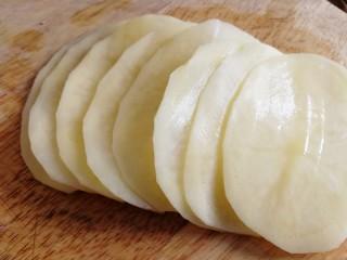 薯片,切成均匀厚度的薄片。