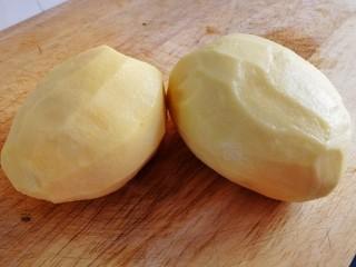 薯片,土豆去皮,清水洗干净。