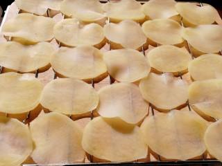 薯片,放在架子上晾晒。