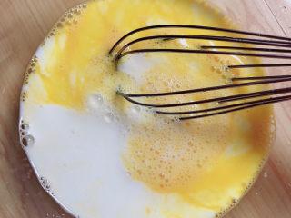 胡萝卜鸡蛋饼,加入牛奶。