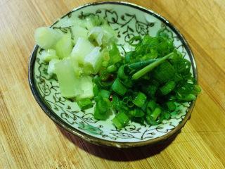 西红柿疙瘩汤,葱切粒,待用,葱白炝锅用,葱叶等最后撒