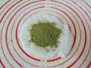 水果汤圆,揉好的糯米面团分一半出来,加入菠菜粉。