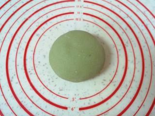 水果汤圆,揉成绿色的糯米面团。