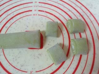 水果汤圆,再将两种糯米面皮卷起来,切成18g左右一份。