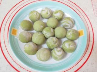 水果汤圆,依次做好剩下的汤圆,用边角料揉成的糯米面团同样分成18g左右一份,压扁包成汤圆。