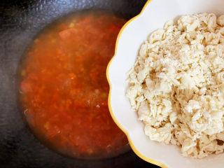 西红柿疙瘩汤,先倒入适量的面疙瘩。