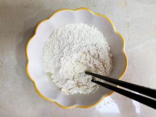 西红柿疙瘩汤,先加入适量的水用筷子搅拌一下。