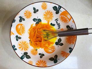 胡萝卜鸡蛋饼,加入胡萝卜。