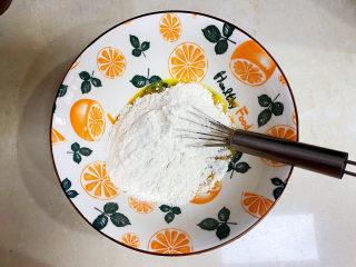 胡萝卜鸡蛋饼,加入面粉。