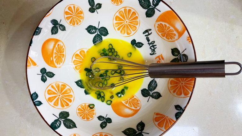 胡萝卜鸡蛋饼,加入葱。