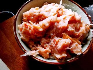 胡萝卜鸡蛋饼,鲔鱼拌入洋葱碎