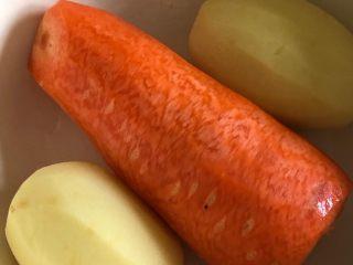 咖喱鸡肉米饭,胡萝卜和土豆去皮