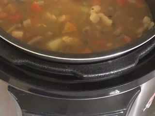 咖喱鸡肉米饭,将炒锅里咖喱鸡肉土豆胡萝卜汤汁一起倒入电压力锅