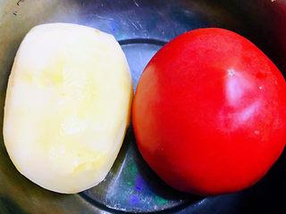 西红柿炒土豆片,准备原材料西红柿、土豆去皮洗净备用