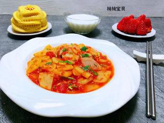 西红柿炒土豆片,搭配石榴馒头、牛奶、草莓一起吃真是完美的标配早餐