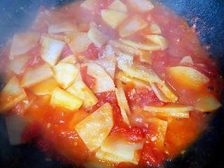 西红柿炒土豆片,喜欢吃土豆面一些可以添加少许清水微微炖一下同时放入盐和味精