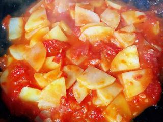 西红柿炒土豆片,炒至西红柿土豆完全入味粘稠时即可