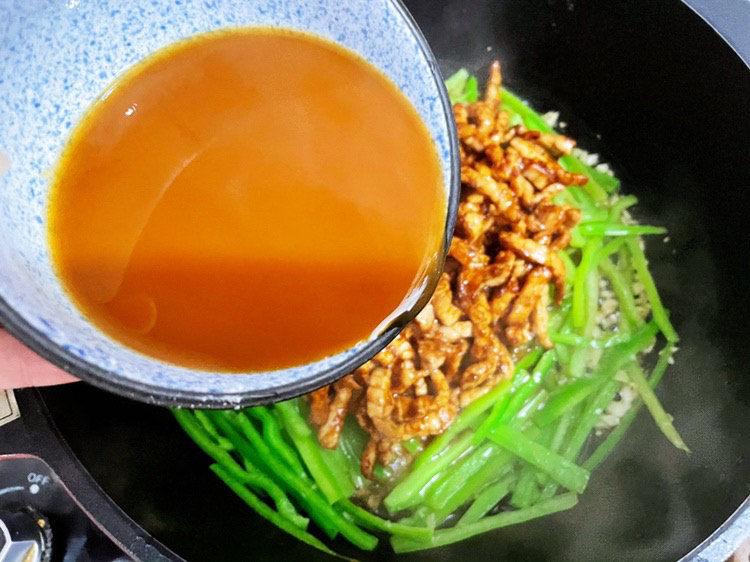 尖椒肉丝,加入酱汁