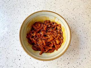 尖椒肉丝,抓匀腌制半小时