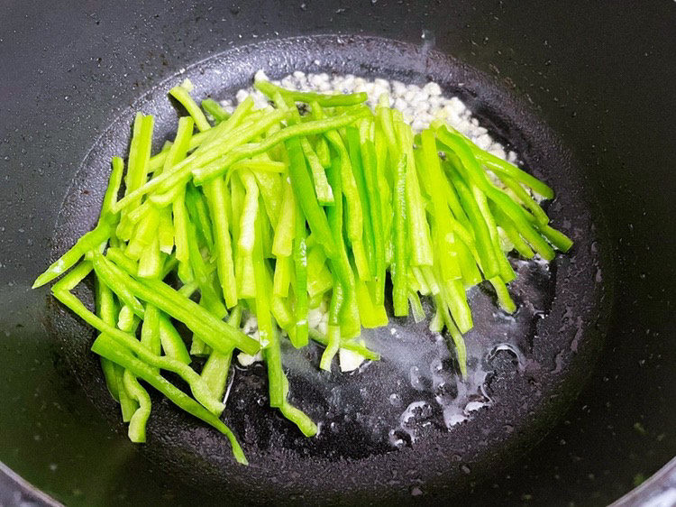 尖椒肉丝,加入尖椒炒至变软